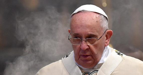 """W uroczystość Trzech Króli papież Franciszek apelował, by znaleźć w sobie pokorę i odwagę oraz odrzucić iluzje i pozorny splendor władzy. Mówił, że Mędrcy pochodzący ze Wschodu byli pierwsi w wielkiej procesji, która nie zatrzymuje się od wieków i podąża w poszukiwaniu Dzieciątka Jezus. """"Zawsze są nowi ludzie, którzy zostają oświeceni światłem Jego gwiazdy, którzy znajdują drogę i do Niego docierają"""" - dodał. """"Trzej Królowie reprezentują mężczyzn i kobiety poszukujących Boga w religiach i filozofii całego świata; a to poszukiwanie nigdy się nie kończy"""" - stwierdził."""