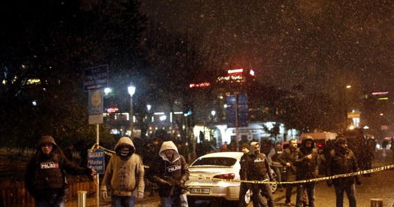 Mówiąca po angielsku kobieta dokonała zamachu samobójczego na posterunek policji w Stambule. Jeden funkcjonariusz zginął, drugi został ranny.