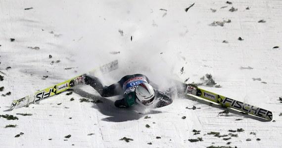 Koszmarnie wyglądający upadek Simona Ammana podczas ostatniego konkursu Turnieju Czterech Skoczni. Szwajcar stracił równowagę i z impetem uderzył głową o zeskok.