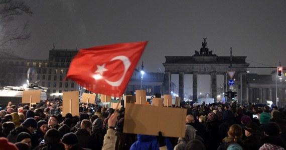 """Recep Tayyip Erdogan wezwał kraje europejskie do walki z islamofobią. Dodał, że to poważny problem dla Europy. """"Jeśli przywódcy europejscy staną się zakładnikami tego populizmu, wartości europejskie zostaną zakwestionowane"""" - podkreślił."""