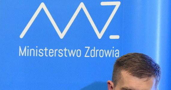 """Trwają ciężkie negocjacje w resorcie zdrowia. Minister Bartosz Arłukowicz rozmawia z przedstawicielami Porozumienia Zielonogórskiego. Po godz. 22 dołączyli kolejni eksperci PZ. """"Rozmowy idą w złym kierunku, najprawdopodobniej brak jest możliwości jakichkolwiek ustępstw ze strony ministra zdrowia"""" - mówił Mariusz Małecki, który przyjechał w nocy do ministerstwa."""