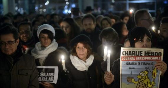 """Dwanaście osób zginęło, a jedenaście zostało rannych, w tym cztery ciężko - to przedstawiony przez paryską prokuraturę ostateczny bilans ataku na redakcję znanego tygodnika satyrycznego """"Charlie Hebdo"""". Kilka tysięcy policjantów wciąż szuka trzech terrorystów, którzy dokonali zamachu. Według francuskich specjalistów, mogą się ukrywać w jednym z podparyskich osiedli imigranckich."""