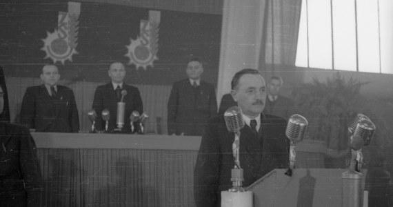"""Słynny realny socjalizm był dla mnie bardziej hipnozą niż ustrojem. Doświadczyłem go w wieku chłopięcym, jako uczeń  XII Liceum Ogólnokształcącego w Nowej Hucie im. Bolesława Bieruta. Komunistyczny bandyta  i agent, być może - jak przypuszczał ś.p. profesor Paweł Wieczorkiewicz - sowiecka 'matrioszka', czyli człowiek podstawiony, o fałszywej, skradzionej tożsamości, był patronem mojej szkoły średniej. Codziennie musiałem klękać przed jego popiersiem, dosłownie, chociaż nie było w tym świadomego bałwochwalstwa. Po prostu schylałem się w hallu, aby zmienić obuwie tuż po przekroczeniu szkolnej bramy. Pokłon utkwił mi w pamięci głębszej niż mózgowa, zakotwiczonej w ugiętych nogach i kręgosłupie, w nieświadomie czołobitnym geście wiązania sznurowadeł u stóp ołtarza zła z idolem """"czerwonych"""" z białego niby lilie gipsu. Wyobraźcie sobie tę absolutną żenadę i to już na samym progu dorosłego życia!"""