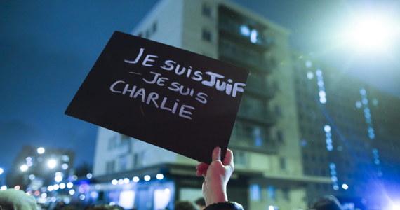 """""""Na razie nie ma wiarygodnych informacji pozwalających na stwierdzenie, która organizacja terrorystyczna jest odpowiedzialna za te ataki"""" – powiedział prokurator generalny USA Eric Holder odnosząc się do zamachów terrorystycznych we Francji. Holder, który jest także ministrem sprawiedliwości USA, udzielił wywiadu w Paryżu, gdzie uczestniczył w spotkaniu poświęconym walce z terroryzmem."""