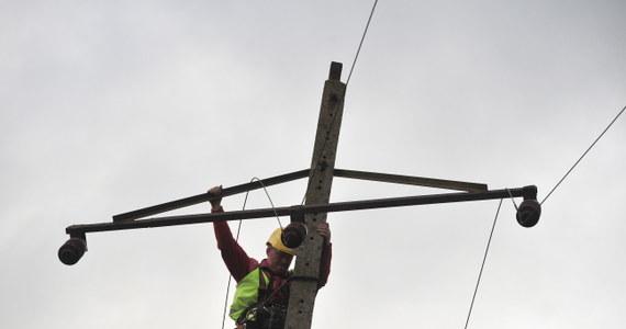 Sytuacja w regionach Polski dotkniętych przez wichury powoli stabilizuje się, a liczba osób pozbawionych prądu sukcesywnie maleje – podało Rządowe Centrum Bezpieczeństwa. Porywisty wiatr powinien osłabnąć w nocy z niedzieli na poniedziałek.