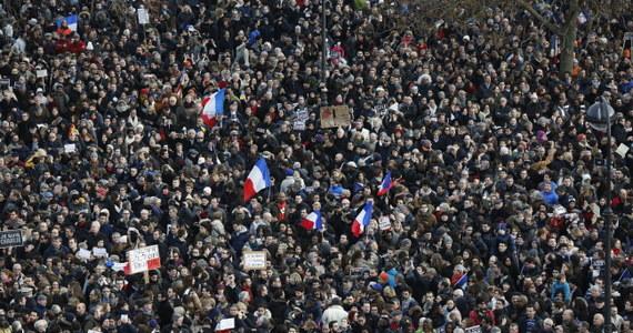 """Co najmniej 3,7 mln ludzi wzięło udział w niedzielnych demonstracjach przeciwko terroryzmowi zorganizowanych we Francji - podało tamtejsze MSW. W """"marszu republiki"""" w stolicy kraju uczestniczyło co najmniej 1,2 mln osób."""