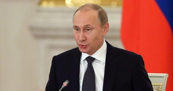 Można się obawiać, że w rozpoczynającym się roku Władimir Putin będzie się stawał coraz bardziej nieobliczalny. Sugeruje to sławny paryski politolog Dominique Moisi - specjalny doradca renomowanego Francuskiego Instytutu Relacji Międzynarodowych. Podkreśla on, że Polska powinna reagować na możliwe rosyjskie prowokacje, zachowując zimną krew. Z politologiem rozmawiał paryski korespondent RMF FM Marek Gładysz.
