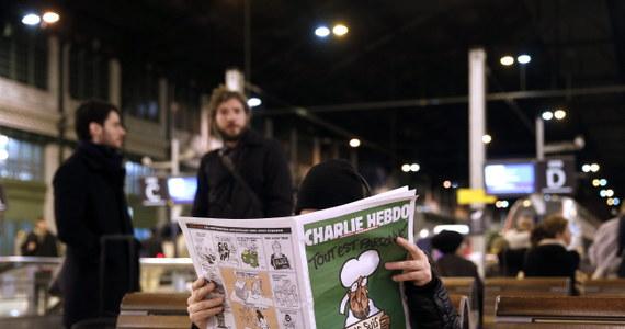 """Pierwszy od zamachów w Paryżu numer francuskiego tygodnika satyrycznego """"Charlie Hebdo"""" był nie do dostania w wielu kioskach we Francji już o godz. 8 rano w środę. """"Już nie ma"""" - powtarzali jak mantrę kioskarze zawiedzonym klientom w Paryżu."""
