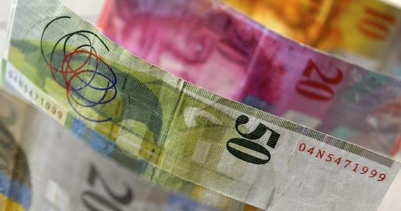 Bank Centralny Szwajcarii przyznaje się do kapitulacji: nie stać go dłużej na bronienie niskiego kursu franka. Taki jest powód decyzji o rezygnacji ze sztucznego obniżania kursu szwajcarskiej waluty. Jej ogłoszenie doprowadziło do gwałtownego skoku kursu franka.