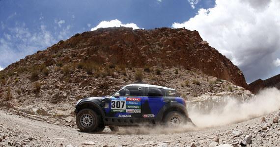 Krzysztof Hołowczyc z francuskim pilotem Xavierem Panserim, którzy od piątego odcinka Rajdu Dakar utrzymywali czwarte miejsce w grupie samochodów, w czwartek po 11. etapie w Argentynie awansowali na trzecie. Liderem jest Katarczyk Nasser Al-Attiyah.