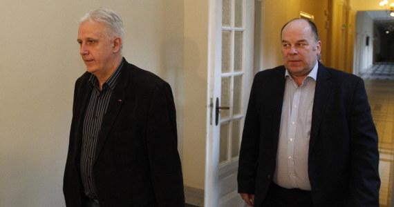 """Nie ma jeszcze światełka w tunelu, ale iskierka zaczyna się żarzyć - tak efekt 10-godzinnych rozmów liderów górniczych związków z delegacją rządową w sprawie planu naprawczego Kompanii Węglowej ocenił szef śląsko-dąbrowskiej """"S"""" Dominik Kolorz. Obie strony oceniły dyskusję jako """"bardzo merytoryczną""""."""