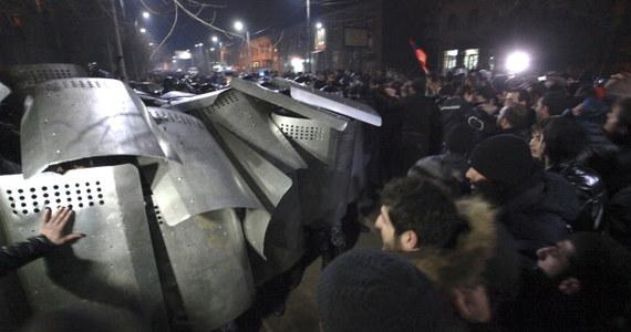 Co najmniej 14 osób zostało rannych w wyniku starć między policją a kilkutysięcznym tłumem protestujących w armeńskim mieście Giumri po pogrzebie sześciorga członków rodziny Awetisian. Protestujący domagali się wydania przez władze w Moskwie rosyjskiego żołnierza Walerija Piermiakowa, podejrzewanego o zabicie sześciu osób.