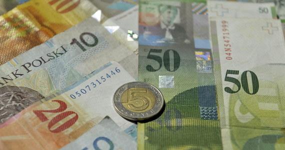 Minister finansów i prezes Narodowego Banku Polskiego wzywają szefów banków na dywanik. We wtorek spotkają się w sprawie kryzysu franka szwajcarskiego, który sprawił, że prawie milion Polaków musi płacić raty kredytów hipotecznych wyższe o kilkaset złotych.