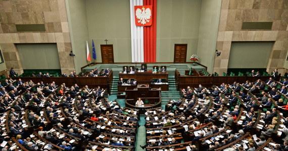 PiS skieruje uchwaloną przez Sejm nowelę ustawy o funkcjonowaniu górnictwa węgla kamiennego do Trybunału Konstytucyjnego - zapowiedzieli politycy tej partii. Ich zdaniem doszło do złamania m.in. art. 20 konstytucji mówiącego o dialogu społecznym.