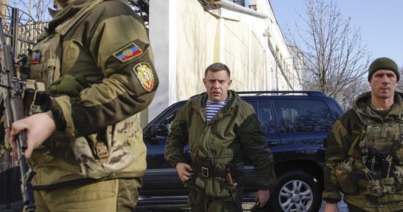 Po kilku godzinach względnej ciszy w Doniecku na nowo rozgorzały walki o lotnisko, bronione przez siły rządowe, a oblegane przez prorosyjskich rebeliantów. Prezydent Ukrainy Petro Poroszenko zapowiedział przegrupowanie wojsk na linii frontu.