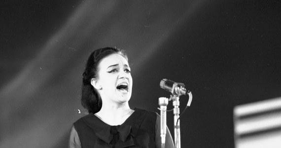 """Wielka gwiazda polskiej piosenki Ewa Demarczyk kończy 74 lata. Kilkanaście lat temu piosenkarka wycofała się z życia publicznego. O jej życiu opowiada książka """"Czarny anioł"""" pióra Angeliki Kuźniak i Eweliny Karpacz-Oboładze, która właśnie trafia do księgarń."""