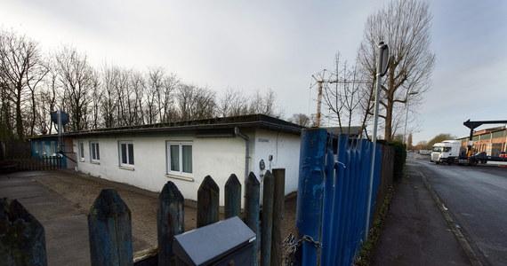 """Władze zachodnioniemieckiego Schwerte pomimo ostrej krytyki bronią swojej decyzji o zakwaterowaniu uchodźców ubiegających się o azyl w Niemczech na terenie byłego obozu koncentracyjnego, będącego w czasie II wojny światowej jednym z podobozów KL Buchenwald. """"To jak najbardziej właściwa decyzja"""" - czytamy w oświadczeniu wydanym przez władze Schwerte - miasta położonego na południe od Dortmundu."""