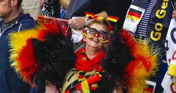 Niemieckie media zareagowały z entuzjazmem na zwycięstwo ich drużyny nad Polską 29:26 w pierwszym meczu grupy D mistrzostw świata piłkarzy ręcznych. Zdaniem komentatorów sukces był ciężko wywalczony lecz zasłużony; zwracają uwagę na doping zawodników Bayernu.