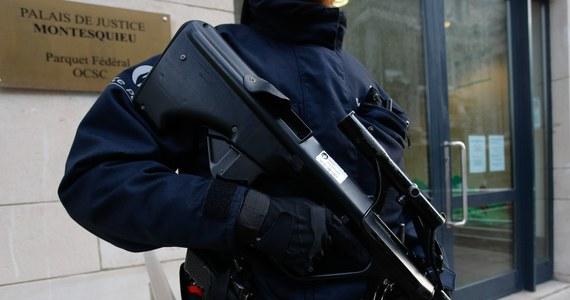 """Pięć z trzynastu osób zatrzymanych w czwartek podczas operacji antyterrorystycznej w Belgii usłyszało zarzuty """"udziału w działaniach grupy terrorystycznej"""" - informuje belgijska prokuratura. Trzy osoby trafiły do aresztu, dwie zostały warunkowo zwolnione. Akcja belgijskich służb wymierzona była w grupę, która zamierzała zaatakować policjantów."""
