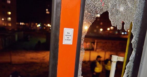 Pięć osób trafiło wczoraj wieczorem do szpitala po tym, jak w Gdańsku, w pobliżu stacji SKM Żabianka, około 80 zamaskowanych osób wdarło się do pociągu i wdało w bójkę z pasażerami. W szpitalu pozostają dwie osoby. Według nieoficjalnych ustaleń napastnicy to pseudokibice Lechii Gdańsk a pobici to pseudokibice Arki Gdynia. Pierwsze informacje o bójce dostaliśmy wczoraj wieczorem na Gorącą Linię RMF FM.