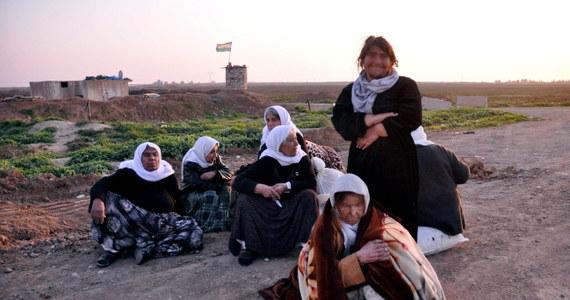 Po pięciu miesiącach przetrzymywania Państwo Islamskie (IS) uwolniło co najmniej 200 jazydów - poinformował dowódca kurdyjskich sił na północy Iraku gen. Szirko Fatih. Wszyscy są w złym stanie. Są niedożywieni; widać, że są ofiarami nadużyć.