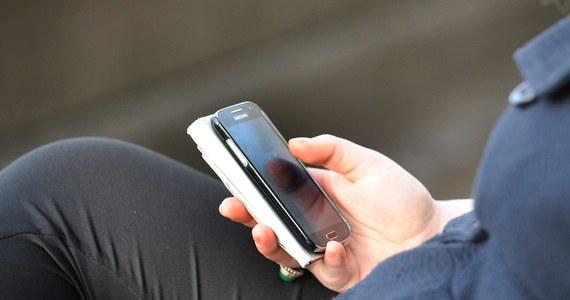To zapewne pierwszy tego rodzaju mandat we Włoszech. Wlepiono go pieszemu za korzystanie z telefonu komórkowego podczas przechodzenia przez ulicę. Włoskie media poinformowały, że grzywną w wysokości 25 euro ukarano kobietę w Lombardii na północy kraju.