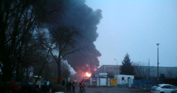 Jedna osoba została ranna w pożarze pofabrycznych hal w Zelowie w Łódzkiem. To pracownik tego zakładu. Jak poinformował rzecznik łódzkiej straży pożarnej kpt. Arkadiusz Makowski, palą się tam dwa zbiorniki z olejem napędowym. Informację i zdjęcia otrzymaliśmy na Gorącą Linię RMF FM.