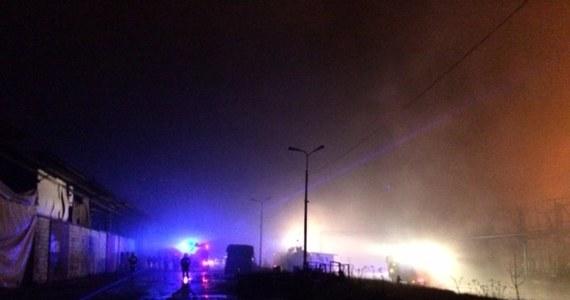 Strażacy wciąż dogaszają pożar, który wczoraj po południu wybuchł w zakładzie przetwórstwa oleju w Zelowie w Łódzkiem. W ogniu stanęła hala o powierzchni ośmiu tysięcy metrów kwadratowych i dwa zbiorniki z olejem napędowym. W pożarze ranna została jedna osoba.
