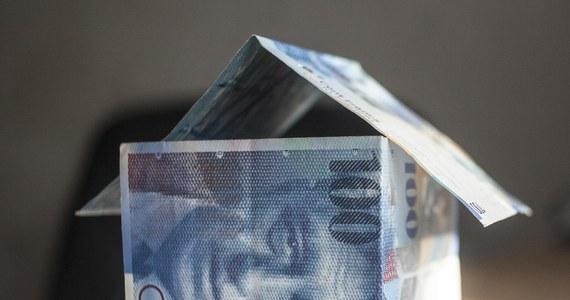 Działalność banków udzielających kredytów we frankach znalazła się pod specjalnym nadzorem KNF i UOKiK. KNF ma sprawdzić, czy umowy były zawierane prawidłowo. UOKiK będzie natomiast wyjaśniał praktyki banków dotyczące umowy.