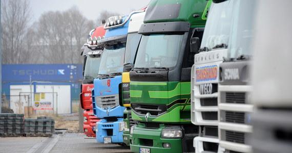 Polscy przewoźnicy, którzy jeżdżą przez Niemcy ciężarówkami i autokarami, obawiają się wysokich kar za nieprzestrzeganie niemieckiego prawa o płacy minimalnej. Jak mówią, nie stać ich na płacenie swoich kierowcom 8,5 euro za godzinę pracy. Polskie firmy już zagroziły protestami na drogach. Interwencję w Berlinie zapowiedziała także Komisja Europejska.