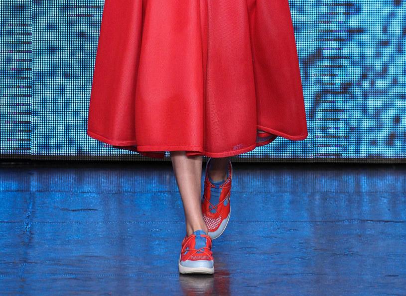 Kiedyś tylko na siłownię czy do biegania, teraz but sportowy przeżywa swoją drugą młodość. Okazuje się, że pasuje idealnie zarówno do spódnicy, jak i do eleganckich spodni. Jak nosić buty sportowe, by nadal wyglądać stylowo? Stylistka Edyta Piasecka zaproponowała stylizacje, które okażą się hitem w biurze, na randce czy na imprezie.