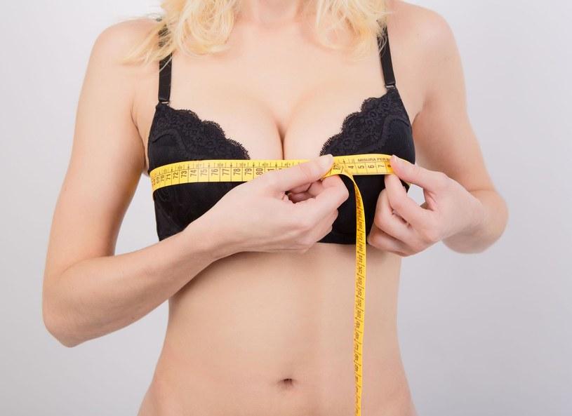 Na co należy zwrócić uwagę podczas dobierania biustonosza? Jak ustalić rozmiar piersi? Dlaczego należy zaniżać rozmiar obwodu? Jak sprawdzić, czy ramiączka są dobrze wyregulowane? Na te pytania odpowiedziała brafitterka Monika Kołodyńska.