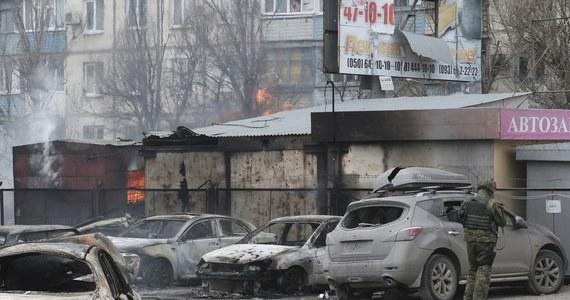 """Co najmniej 27 osób, w tym dwoje dzieci, zginęło, a 97 zostało rannych w prowadzonym przez separatystów ostrzale Mariupola na południowym wschodzie Ukrainy - poinformowały władze miasta. Andrij Łysenko, rzecznik Rady Narodowego Bezpieczeństwa i Obrony Ukrainy podkreśla z kolei rolę Rosji w tej masakrze. """"Przypominam, że terroryści zwiększyli liczbę ataków i innych agresywnych działań przeciwko Ukrainie po tym, jak otrzymali pomoc z Federacji Rosyjskiej"""" - zaznaczył Łysenko."""