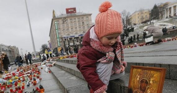 Najnowsze akty przemocy na Ukrainie, w których zginęło kilkadziesiąt osób, zostały sprowokowane przez ataki ukraińskiej armii na zamieszkane osiedla - oświadczył szef MSZ Rosji Siergiej Ławrow w rozmowie telefonicznej z sekretarzem stanu USA Johnem Kerrym. Rosja utrzymuje także, że prezydent Ukrainy nie odpowiedział na propozycję Putina dotyczącą wycofania ciężkiej broni z linii styczności między siłami rosyjskimi a prorosyjskimi separatystami.
