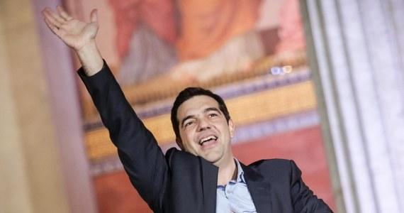 Zostawiamy w tyle politykę cięć i oszczędności, idziemy naprzód z godnością i nadzieją, jesteśmy symbolem zmieniającej się Europy - powiedział wieczorem na wiecu w Atenach przywódca zwycięskiej, radykalnie lewicowej SYRIZY Aleksis Cipras, najprawdopodobniej nowy premier Grecji. Przemawiając do kilkunastotysięcznego tłumu swoich sympatyków Cipras oświadczył, że nowy rząd zerwie z polityką oszczędności.