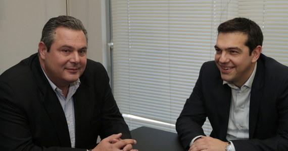 """Lewicowa SYRIZA, która wygrała wybory parlamentarne w Grecji, porozumiała się z populistyczną prawicową partią Niezależni Grecy ws. utworzenia rządu koalicyjnego - ogłosił lider mniejszej partii Panos Kammenos po spotkaniu z szefem SYRIZY Aleksisem Ciprasem. Oba ugrupowania znajdują się w wielu kwestiach po przeciwnych stronach sceny politycznej. Łączy je jednak stanowcze """"nie"""" dla dotychczasowej polityki zaciskania pasa narzuconej Grecji przez UE i Międzynarodowy Fundusz Walutowy."""