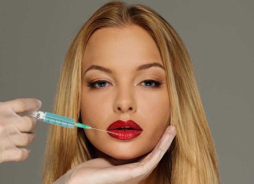 Większość Polek nie jest zadowolona z wyglądu swoich ust. Kobietom przeszkadza kształt warg, zbyt mała ich objętość, zanik naturalnego koloru oraz drobne zmarszczki wokół ust. Problemy te często są niwelowane za pomocą zabiegu powiększania ust. Dzięki nawilżającym właściwościom kwas hialuronowy nie tylko zwiększa objętość warg, lecz także je odmładza. Usta stają się jędrniejsze, odzyskują utracony kolor, redukcji ulegają także tzw. zmarszczki palacza.