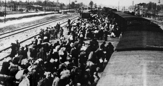Złożeniem kwiatów i zniczy przy pomniku ofiar obozu zakończyły się uroczystości 70. rocznicy wyzwolenia w byłym niemieckim obozie koncentracyjnym Auschwitz-Birkenau. Uczestniczyli w nich byli więźniowie, ich rodziny i przywódcy z całego świata.