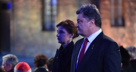 """""""Niestety, w 70-lecie zwycięstwa nad nazizmem, w które Ukraińcy wnieśli kolosalny wkład i w 40-lecie podpisania Aktu Helsińskiego mój kraj wkroczył w warunkach agresji rosyjskiej i brutalnego łamania norm prawa międzynarodowego"""" - powiedział prezydent Ukrainy Petro Poroszenko po uroczystościach rocznicowych na terenie byłego niemieckiego obozu Auschwitz. """"Nawołuję świat, by nie dopuścił do powtórki tragicznych wydarzeń. Musimy nie tylko pamiętać o niewinnych ofiarach przeszłości, ale i myśleć, jak nie dopuścić do powtórzenia takich tragedii, jak Holokaust i II wojna światowa. Wspólnym frontem przeciwstawić się nowemu imperialnemu szaleństwu, nowym pretensjom do panowania w Europie"""" - dodał."""