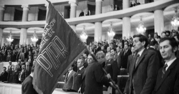 29 stycznia 1990 roku uczestnicy XI Zjazdu PZPR przyjęli uchwałę o zakończeniu działalności partii niepodzielnie rządzącej przez ponad 40 lat. Uroczyście wyprowadzono sztandar ugrupowania. Gdzie teraz jest - nie wiadomo.