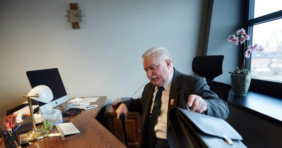 """Były prezydent Lech Wałęsa, który dotychczas miał swoje biuro w Zielonej Bramie, będzie już oficjalnie urzędował w Europejskim Centrum Solidarności. """"Cieszę się z tego, że jestem teraz w miejscu, które zna cały świat, w miejscu, w którym działy się najważniejsze wydarzenia mojego życia"""" – powiedział Lech Wałęsa. """"To jest prawdopodobnie ostatni odcinek mojej drogi na tym świecie. Już chyba nie będę się nigdzie przenosił"""" – dodał."""