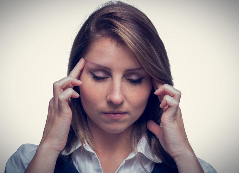 Jakie są zalety automasażu? Opowiedziała o tym terapeutka ciała Monika Kozak. - Masaż szyi, karku i czaszki zwiększa ukrwienie w głowie, pozwala łatwiej się odprężyć i zrelaksować - podpowiedziała. Jak długo należy się masować, aby zauważyć rezultaty? - Już 5-7 minut dwa, trzy razy dziennie wystarczy, aby zobaczyć efekty - stwierdziła Kozak. Masażystka zaprezentowała również sposób, w jaki należy masować swoje ciało, aby się rozluźniło. - Wykonujemy delikatne, okrężne ruchy, dzięki którym dotleniamy mięśnie - pokazała.