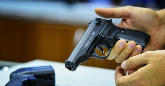 Trzyletni chłopiec postrzelił swojego ojca i ciężarną matkę. Do tragedii doszło w stanie Nowy Meksyk w USA.