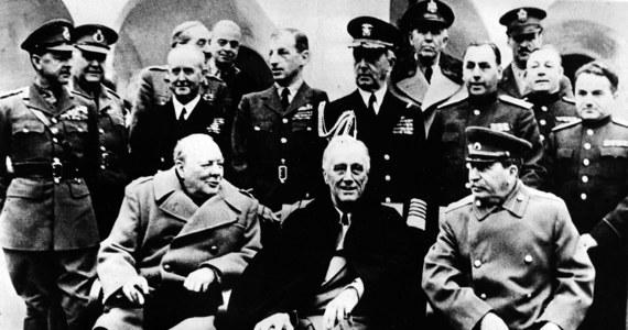 """W byłym pałacu Potockich w Liwadii pod Jałtą premier Wielkiej Brytanii Winston Churchill oraz prezydent USA Franklin Delano Roosevelt zgadzają się na bezwzględny dyktat Józef Stalin dotyczący kształtu """"odrodzonej"""" Polski. Podczas spotkania tzw. Wielka Trójka opracowywała kształt powojennej Europy, mając już pewność zwycięstwa nad Niemcami. Jednym z najważniejszych tematów pertraktacji była przyszłość Polski. Niestety, Churchill i Roosvelt faktycznie oddali nasz kraj na pastwę Stalina i Sowietów."""