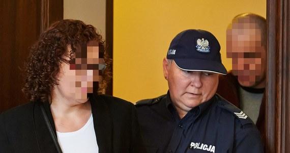 25 lat więzienia zamiast dożywocia dla matki zastępczej z Pucka za spowodowanie śmierci dwójki dzieci. 4 lata więzienia zamiast pięciu dla ojca zastępczego za znęcanie się nad dziećmi. Takie wyroki wydał dzisiaj Sąd Apelacyjny w Gdańsku. Tragiczne wydarzenia rozegrały się w 2012 roku.