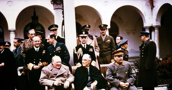 """70 lat temu rozpoczęła się słynna konferencja międzynarodowa w Jałcie na Krymie. Udział w niej w dniach od 4 do 11 lutego 1945 r. wzięli członkowie """"Wielkiej Trójki"""", czyli premier Wielkiej Brytanii Winston Churchill, prezydent USA Franklin Delano Roosevelt oraz przywódca Związku Radzieckiego, generalissimus Józef Stalin, noszący nie bez powodu przydomek """"Krwawy"""". Konferencja ta miała ogromne znaczenie. Podzieliła bowiem Europę, a także inne rejony świata, na wiele dziesiątków lat. A skutki tych podziałów trwają do dziś."""