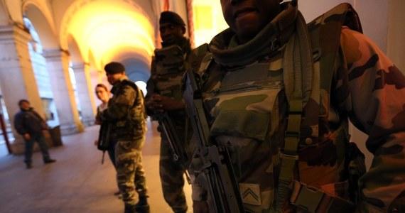 Oburzenie we Francji po ataku terrorystycznym na wojskowy patrol w Nicei, w którym rannych zostało trzech żołnierzy. Szef MSW przyznał bowiem, że sprawca był znany służbom specjalnym jako islamski ekstremista - mimo to nie znajdował się pod obserwacją. Liderzy opozycji oskarżają rząd i służby specjalne o nieudolność.