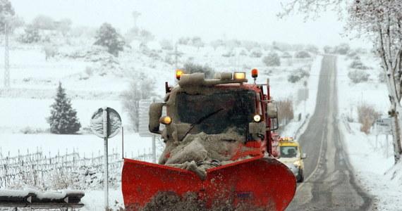 Z powodu opadów śniegu niektóre drogi między Francją a Hiszpanią w środę były nieprzejezdne. Ok. 14 tys. uczniów zostało w domach. Od soboty w wyniku fali zimna i trudnych warunków pogodowych zginęły dwie osoby.