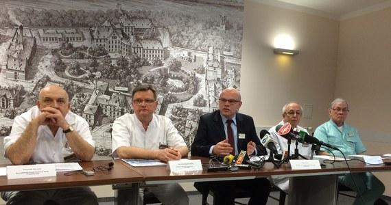 65 tysięcy złotych - to kara, którą Narodowy Fundusz Zdrowia nałożył na Uniwersytecki Szpital Kliniczny we Wrocławiu. Kontrolę przeprowadzono w placówce po tym, jak 4 miesiące temu lekarze odesłali do innej placówki ciężko chorego 8-latka z Oleśnicy. Chłopiec zmarł. Tego dnia brakowało w placówce specjalisty z zakresu medycyny ratunkowej.