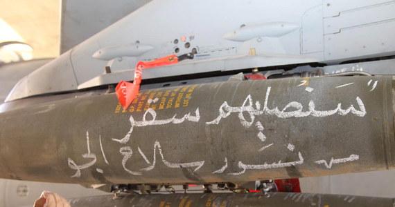 Kilkadziesiąt jordańskich myśliwców dokonało w czwartek ataków na cele Państwa Islamskiego (IS), w tym centra szkoleniowe i magazyny z bronią, w Iraku w ramach nowej kampanii. Wcześniej tego dnia jordańskie myśliwce zbombardowały cele IS w Syrii.